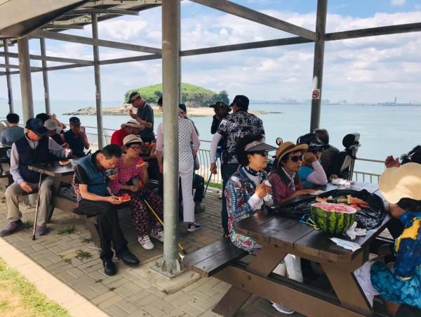 시화나래 달 전망대 관람후 휴식을 취하며 과일을 먹는 회원들의 모습