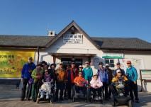 여행동아리 회원분들이 곡성역 앞에서 단체 사진을 찍는 모습