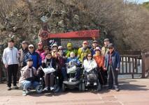 여행동아리 회원들의 둘레길 트레킹중 둘레길 중간지점에서 찍은 단체 사진