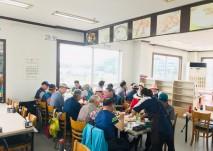 여행동아리 회원분들이 궁평항에서 점심 식사로 회를 드시는 모습