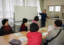 시설견학 중 일본 시설장의 기관소개 및 장애인복지관련내용을 설명하는 사진