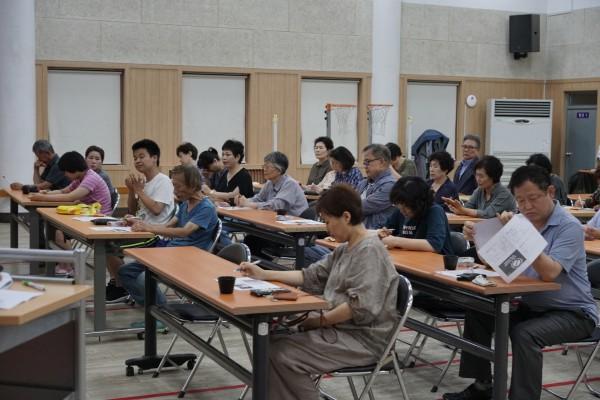 교육을 듣고 있는 활동보조서비스 이용자와 보호자들의 모습