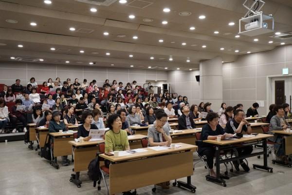교육을 듣고 있는 활동지원사 선생님들의 모습