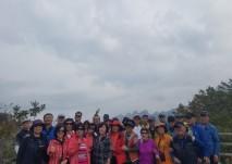 보라매회 회원들이 한계령 정상에서 단체 사진을 찍는 모습