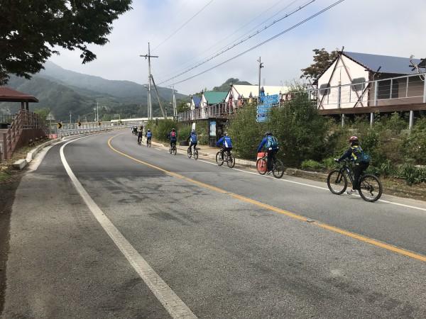 불새 동아리 회원들의 도로 라이딩을 진행하는 모습