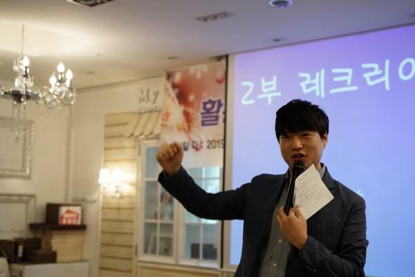 레크레이션을 진행하는 레크레이션 강사의 모습