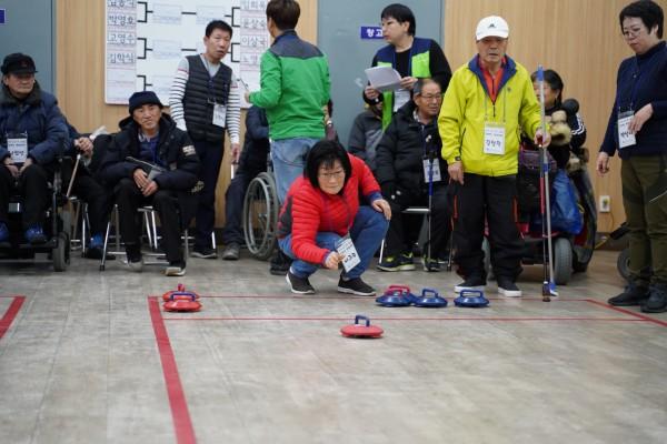 컬링경기를 진행중인 참여자들