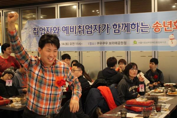 경품에 당첨되어 앞으로 나오고 있는 참여자의 모습