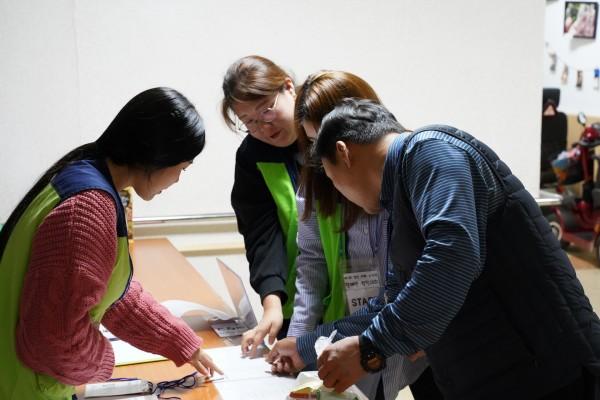 컬링대회 참여자들이 대회시작 전 접수를 하고 있다.
