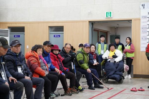 결승전을 관람하는 참여자들