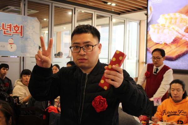 경품을 수령한 참여자의 사진